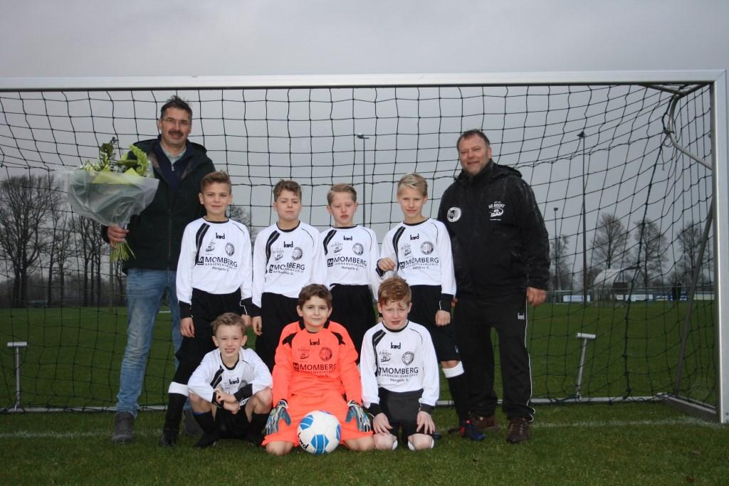 De spelers van JO10 ontvingen van sponsor aannemersbedrijf Momberg het tenue. Foto: PR  © Achterhoek Nieuws b.v.