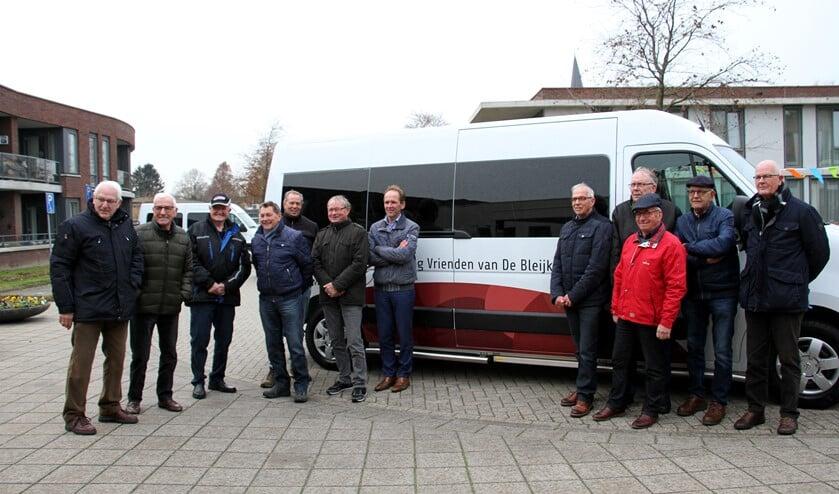 De trotse Vrienden van de Bleijke bij hun nieuwe bus. Foto: Liesbeth Spaansen