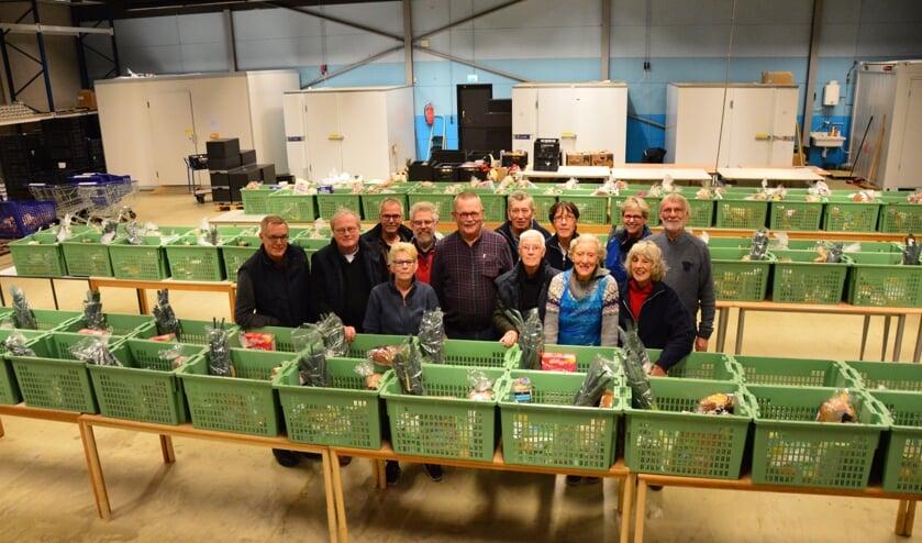 Derk Jansen (in geruit overhemd) te midden van zijn collega-vrijwilligers in de Zutphense Voedselbank. Foto: Alize Hillebrink