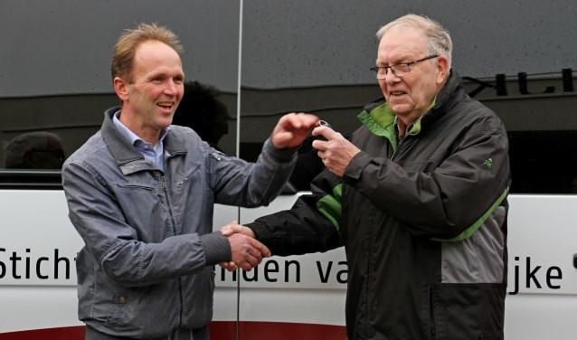 De sleutels werden door Chris Limpers (l.) overhandigd aan Gert te Slaa. Foto: Liesbeth Spaansen  © Achterhoek Nieuws b.v.