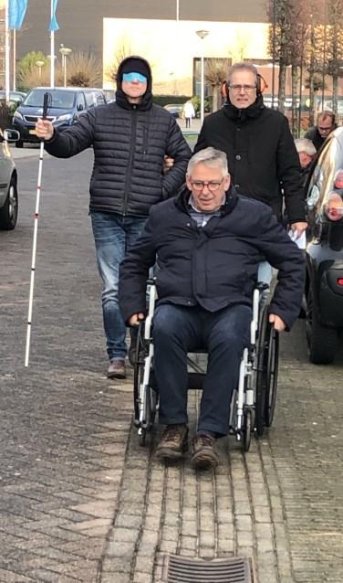 De medewerkers ondervonden aan den lijve hoe het is om in de openbare ruimte je weg te moeten vinden als je doof, blind of rolstoelafhankelijk bent. Foto: PR