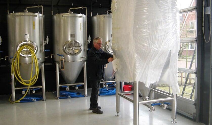 Onno Raspe bezig met 'uitpakken' van één van de nieuwe biertanks. Foto: Bart Kraan