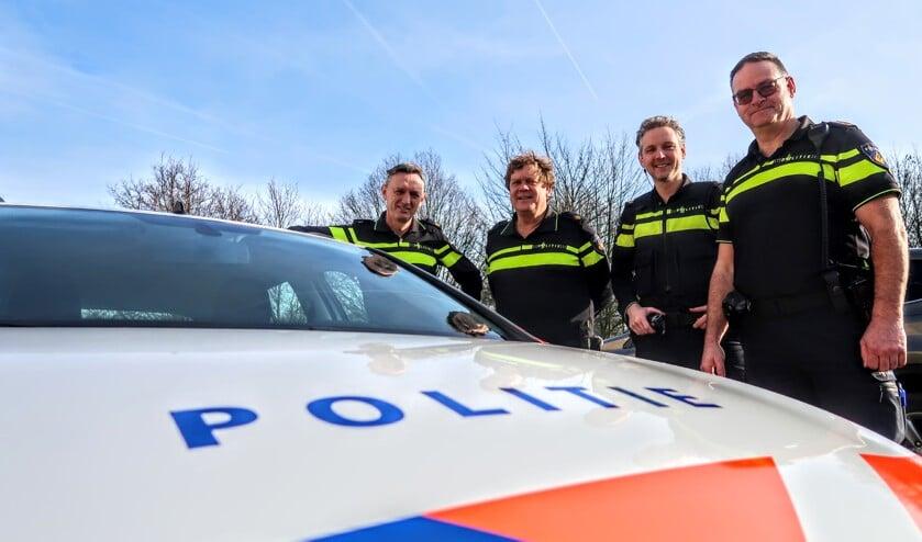 De wijkagenten van Bronckhorst: Fons Bouwmeister (Hengelo), Cor Kleijkamp (Vorden), Wouter Pol (Zelhem) en Harm Baarslag (Steenderen). Op de foto ontbreekt Jack Witmarsum, de wijkagent in Hummelo en Keppel. Foto: Luuk Stam