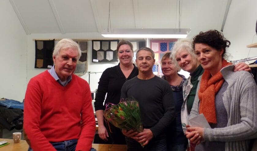 Kamieran Baker te midden van (v.l.n.r.) Martien Pater, Riske Legtenberg, Trees Schutte, José la Croix en Ivonne Ligtenberg in zijn nieuwe atelier. Foto: Jan Hendriksen
