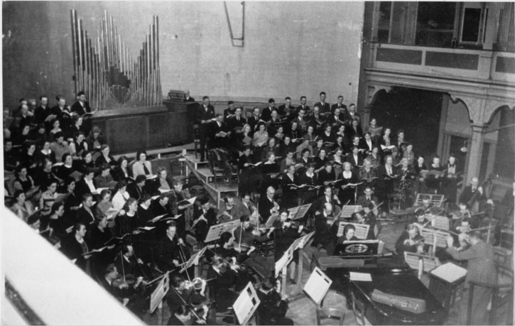 1942: Toonkunst Zutphen zingt de Matthäus Passion in de Buitensociëteit in de tijd dat daar nog een orgel stond. (fotograaf onbekend)  © Achterhoek Nieuws b.v.