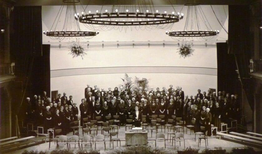 1994: Het koor staat paraat met dirigent Willem van Pelt vlak voor de uitvoering van de Matthäus Passion. (fotograaf onbekend)