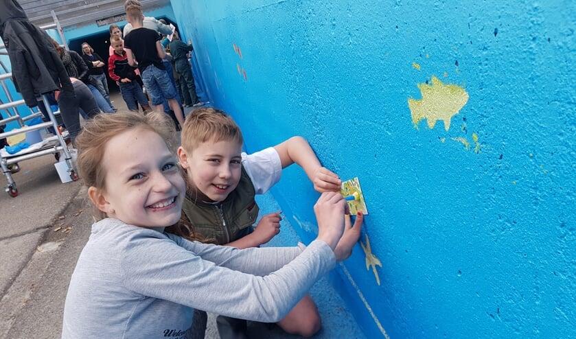 Leerlingen van de Sint Antoniusschool uit Vragender werken aan de fietstunnel. Foto: Kyra Broshuis