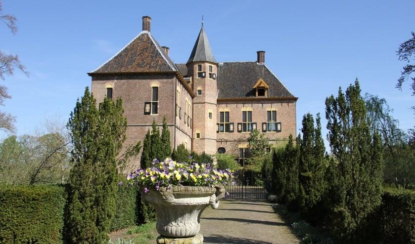 <p>Het kasteel en het terrein vanaf de voorkant van beide bruggen op het complex is de priv&eacute;ruimte van de bewoners, de overige paden en wegen zijn vrij en openbaar toegankelijk. Foto: Liesbeth Spaansen</p>