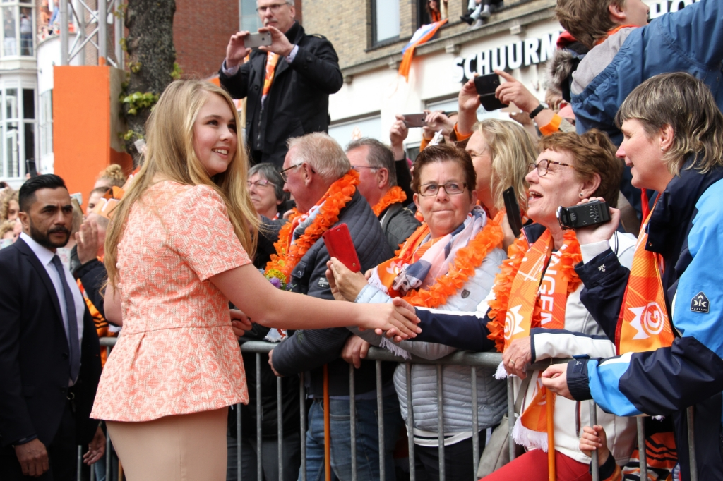 Prinses Amalia is linkshandig maar schudt handen met links en rechts. Foto: Liesbeth Spaansen  © Achterhoek Nieuws b.v.