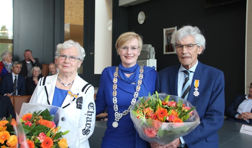Gedecoreerden Paula Gasseling-Smeenk en Kees Bakker met burgemeester Marianne Besselink. Foto: Gemeente Bronckhorst