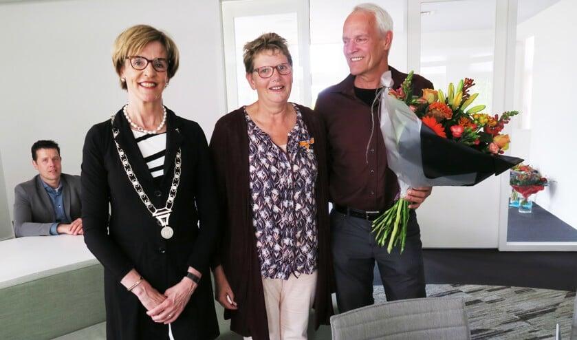 Samen met echtgenoot André geniet Vera Bloemberg-Betting van de Koninklijke Onderscheiding. Foto: Theo Huijskes