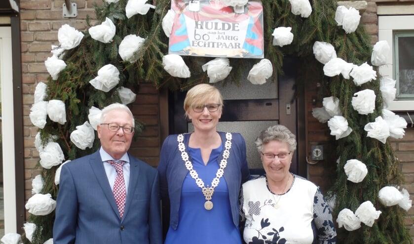 Burgemeester Marianne Besselink te midden van Harry en Dinie ten Pas. Foto: Jan Hendriksen.