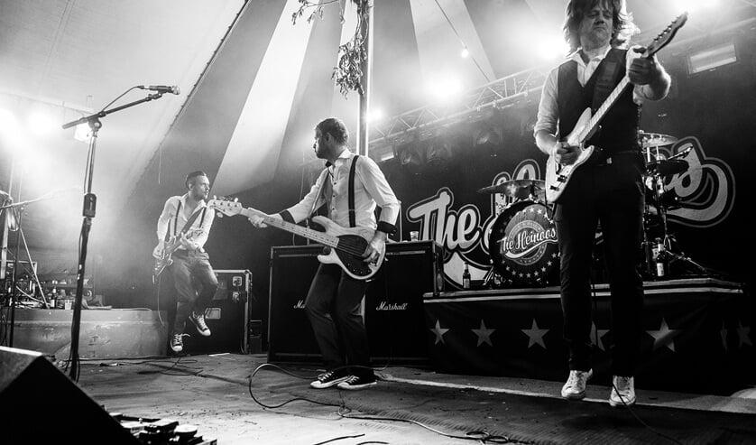 The Heinoos in actie. Zij spelen hun nieuwe singel 'Høken in de tent' in de kerk in Baak. Foto: PR