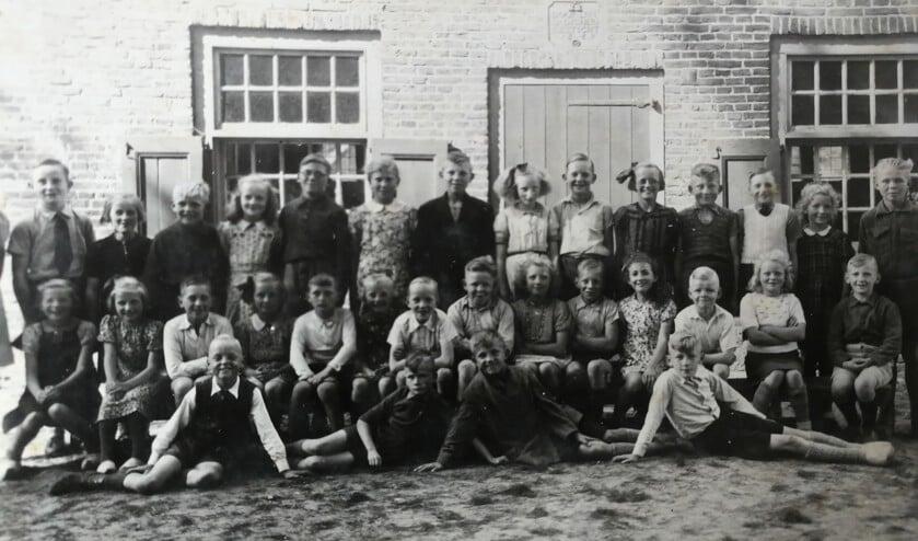 Klas 4 en 5, net na de oorlog in het noodgebouw De Stoave. Voorste rij, zittend vijfde van rechts: Willem Reurslag. Foto: Willem Reurslag