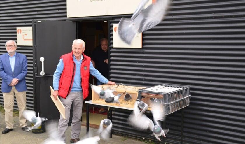 Gert Vrieze (l), voorzitter van de Voedselbank regio Zutphen, kijkt trots toe, terwijl duivenmelker Paul Troost uit Ellecom de duiven loslaat als symbool van hoop voor de toekomst. Foto: Henk Visscher