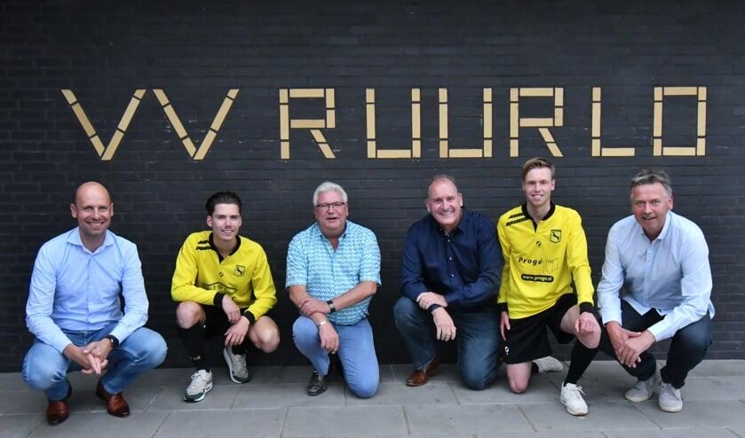De vier nieuwe hoofdsponsors Bert Ruesink, Wiebe Lusink (speler JO19-1), Rob Meijer, Wiljo Peters, Ted Boeijink (speler Ruurlo 1) en Hans Lenselink (vlnr). Foto: PR