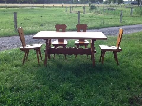 Tafel met vier stoelen marktplein | Contact Bronckhorst Midden
