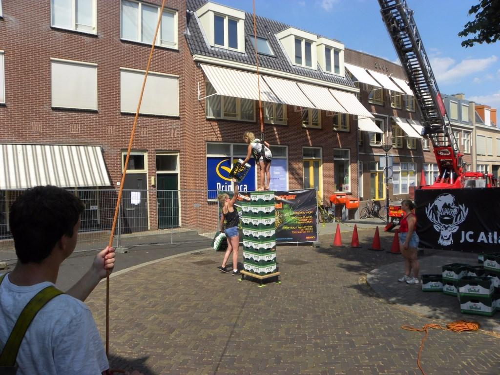 Wiebelend de stapel nog hoger maken. Foto: Melvin Bol  © Achterhoek Nieuws b.v.