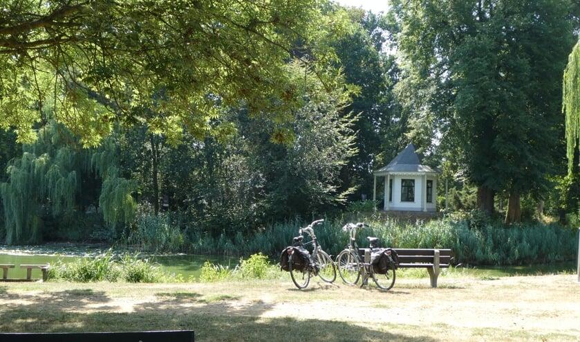 Het Vestingpark in Bredevoort is een wandeling waard. Foto: B. Bruggink