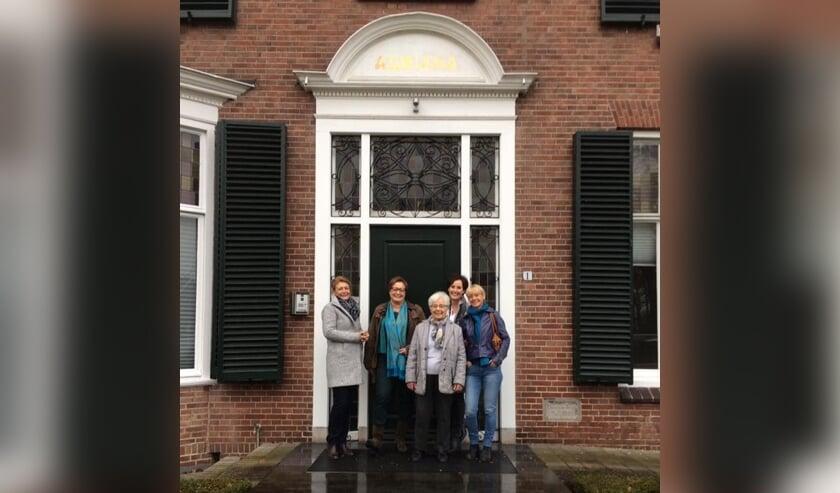 Mini Bomers - Oostendorp te midden van haar vier dochters. Foto: Irmgard Bomers
