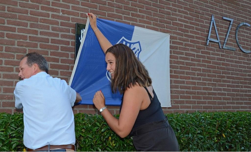 Ronnie Brinkerhof en Laura Kranendijk onthullen de tegel. Foto: Freddy Burgers  © Achterhoek Nieuws b.v.