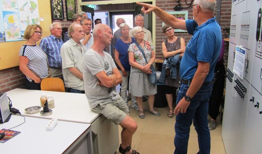 "Jan Hinkamp vertelt over ""zijn"" pompstation. Foto: Bernhard Harfsterkamp"