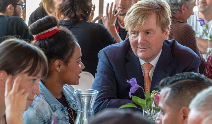 Koning Willem-Alexander in gesprek met een van de nieuwkomers. Foto: Henk Derksen