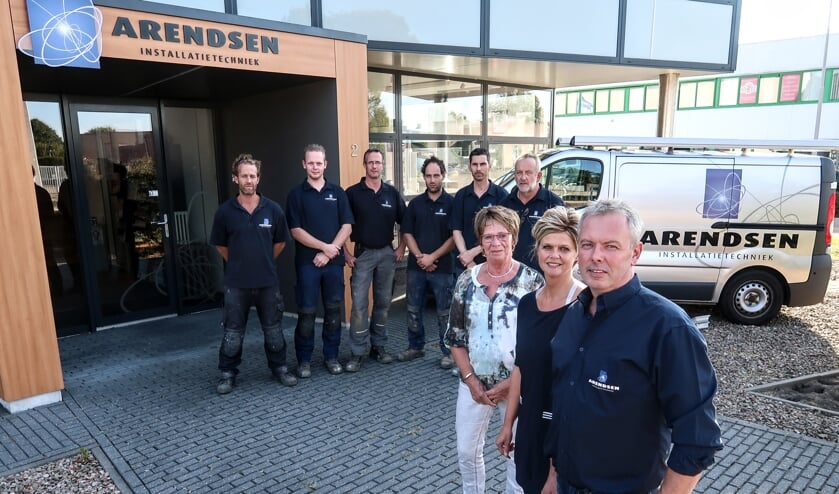 Richard Arendsen, zijn vrouw Saskia, zijn moeder Mimi en de monteurs van Arendsen Installatietechniek. Foto: Luuk Stam