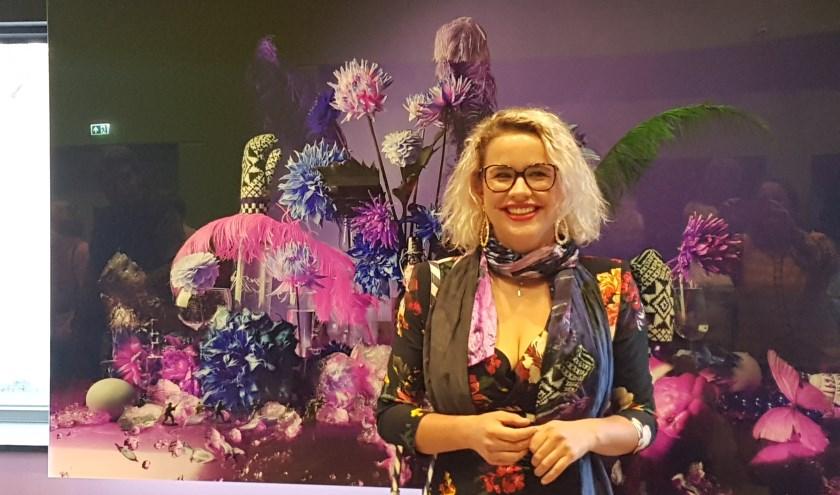 Kunstenares Louise te Poele voor het stilleven van de gemeente Oost Gelre.