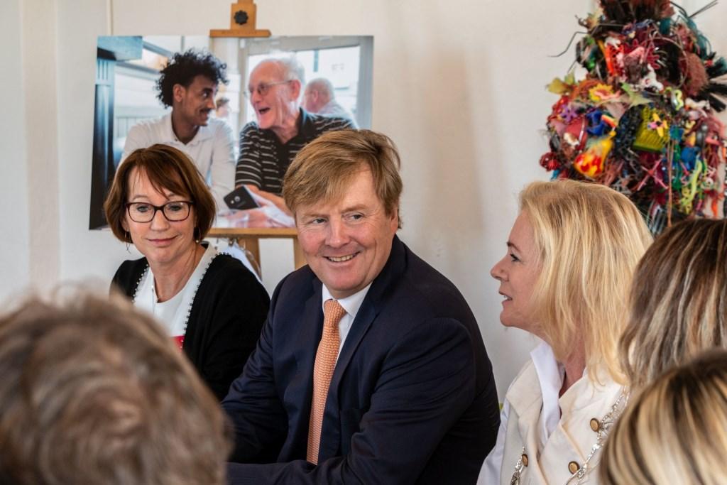 Bij diverse tafels en tijdens de speciale matchingslunch schoof Koning Willem-Alexander aan, stelde vragen en luisterde naar de verhalen van nieuwkomers en hun buddy's. Foto: Henk Derksen  © Achterhoek Nieuws b.v.