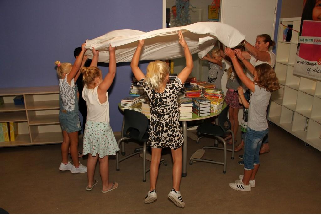 Onthulling van de boeken van Stichting Litania voor de schoolbibliotheek van basisschool Rozengaardsweide. Foto: Liesbeth Spaansen  © Achterhoek Nieuws b.v.