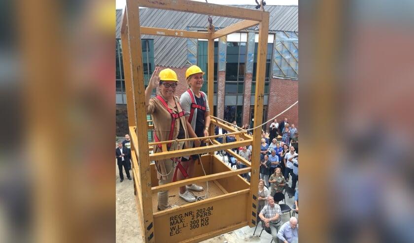 Wethouder Annelies de Jonge en bestuurder van Stichting VSNON werden met een hoogwerker naar boven gebracht om daar de officiële handeling te verrichten. Foto: PR