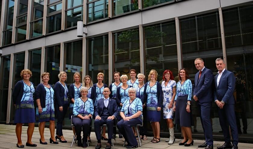 De medewerkers van de gemeente Winterswijk in hun nieuwe tenue. Op de foto (vierde van rechts) ook Ester Konings, de ontwerpster van de dameskleding. Foto: PR