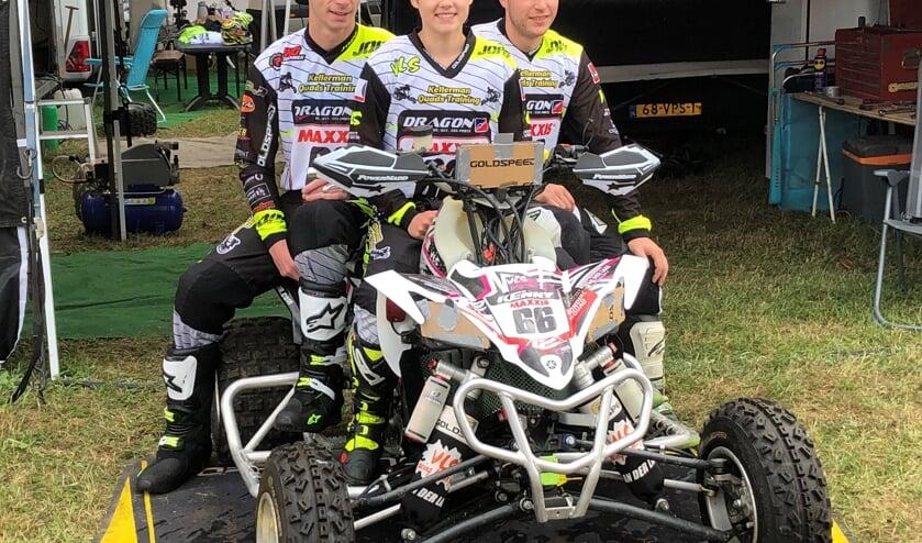 Savannah van der Laan met teamgenoten Ricardo Phoelich (l.) en Dylan van der Stelt. Foto: PR