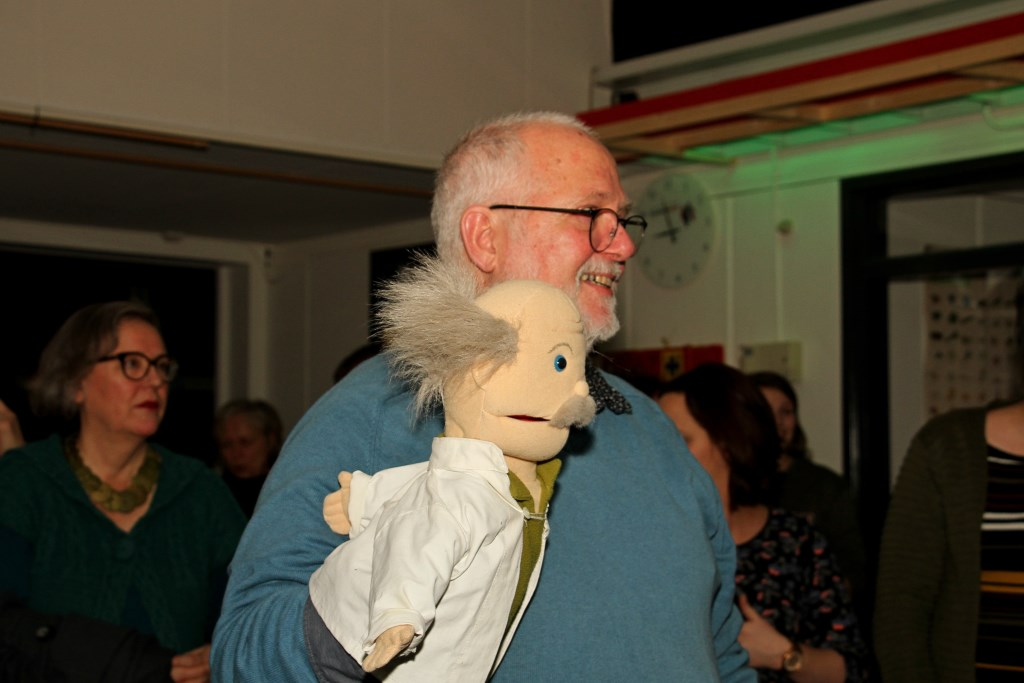Meester Henny Barnhoorn en Mister Einstein, ze hoorden bij elkaar. Foto: Liesbeth Spaansen  © Achterhoek Nieuws b.v.