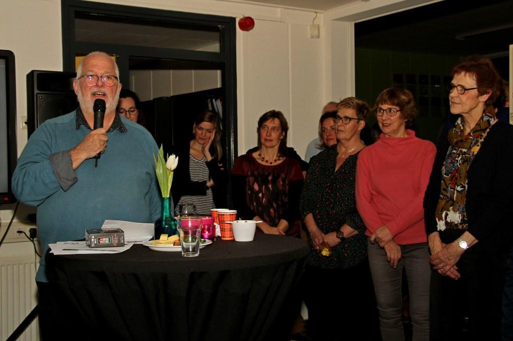 Meester Henny Barnhoorn spreekt zijn receptiegasten toe. Foto: Liesbeth Spaansen  © Achterhoek Nieuws b.v.