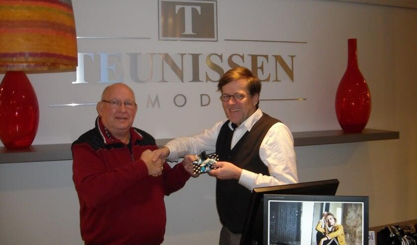 Rob Teunissen (r) overhandigt Bennie Spekschoor de wonnen prijs. Foto: PR.