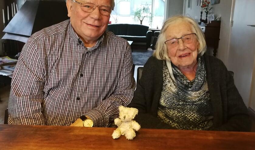 Henk Looman en Annie Onstenk met het pluche beertje in het midden. Foto: Rob Weeber