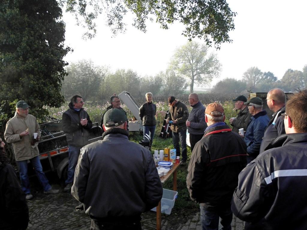 HSL vrijwilligers genieten van de catering op locatie. Foto: Lucas Kalkers  © Achterhoek Nieuws b.v.