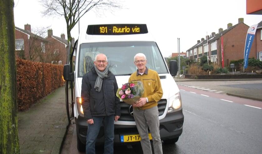 Coördinator Joop ter Horst verrast Leo Ikink (rechts) met een mooie bos bloemen. Foto: eigen foto