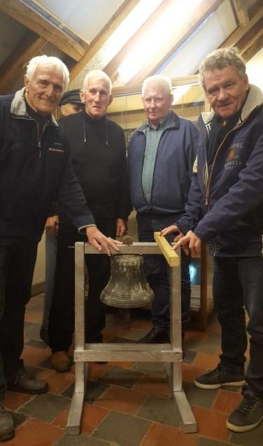 Ben Maandag, Dick Somsen, Bertie Bussink, Freek Diersen (vlnr) met de klok. Foto: Iris Jansen