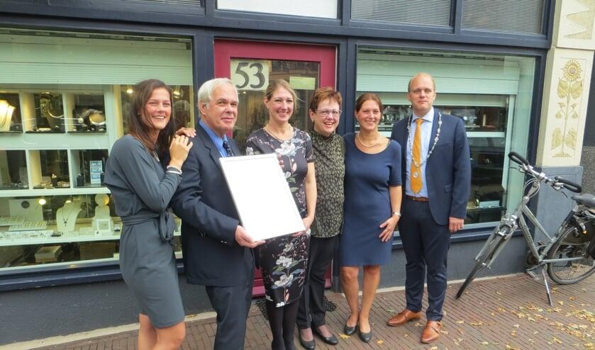 Sandra, Ton, Ciska en Marjon Abbink met tussen hen in Marga Bongen-Van der Linden en de burgemeester. Foto: Bernhard Harfsterkamp