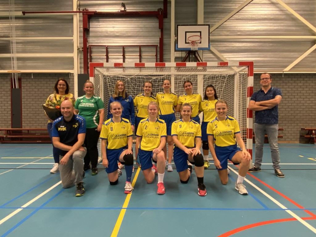 Lensink Tweewielers is de sponsor van de meiden. Foto: PR  © Achterhoek Nieuws b.v.