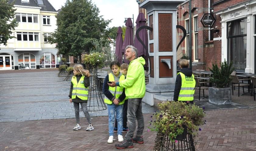 Leerlingen van basisschool De Watermolen speuren in de binnenstad van Groenlo naar munten. Foto: PR De Watermolen