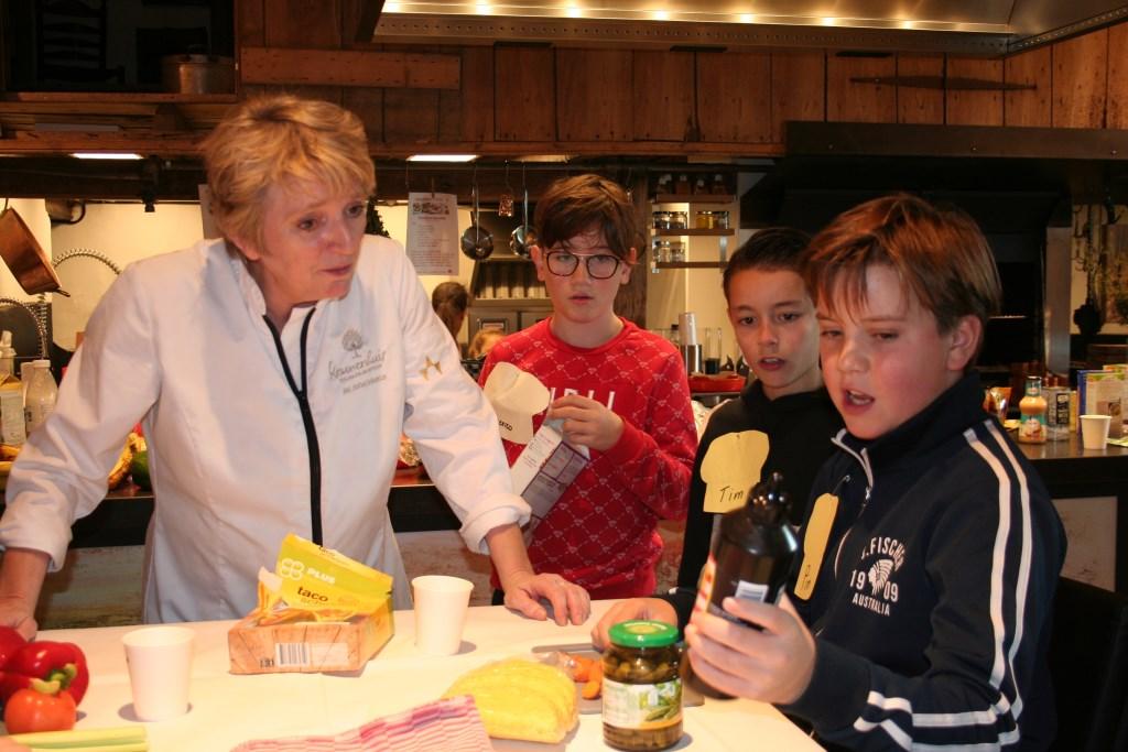Leerlingen geven uitleg over wat zij willen gaan koken. Foto: Verona Westera  © Achterhoek Nieuws b.v.