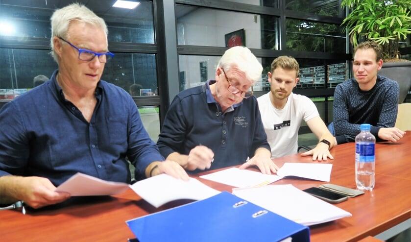 Het contract wordt ondertekend met vlnr Han Otten, Leo Groeneveld, Ruud Elferink en Frank Buesink.