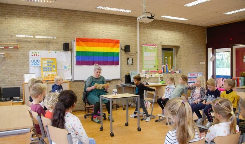 Nicole Rouwmaat leest leerlingen van groep 3 van de Willibrodus voor uit 'Koning en koning'. Foto: Annekée Cuppers