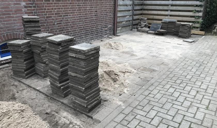 Vrijwilligers van Present Bronckhorst leggen parkeerplaats aan. Foto: Present Bronckhorst