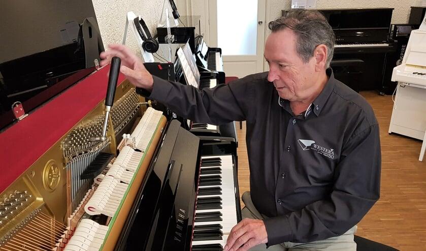 Jos van 't Hooft helemaal in zijn element achter een piano. Foto: Henri Walterbos