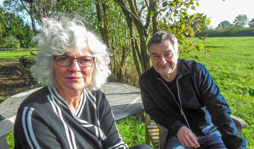 """Anneloes Timmerije en Charles den Tex vinden inspiratie in de Achterhoekse natuur van Varssel. """"We zijn best al een beetje ingeburgerd."""" Foto Eric Klop"""